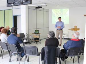 Teaching about prayer at Deaf church